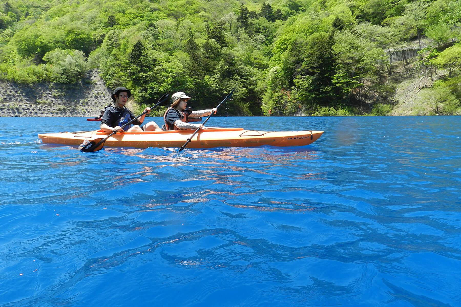 翡翠色の四万湖で湖遊び カヌー