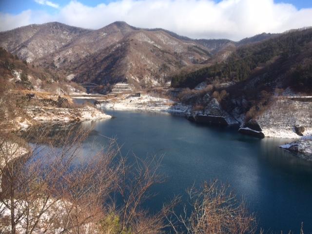 雪中の奥四万湖
