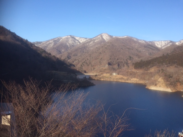 春先の奥四万湖